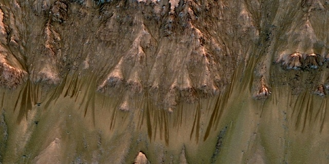 Strange Streaks on Mars Are Sand, Not Water